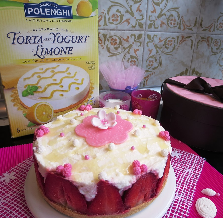 Torta allo yogurt decorata